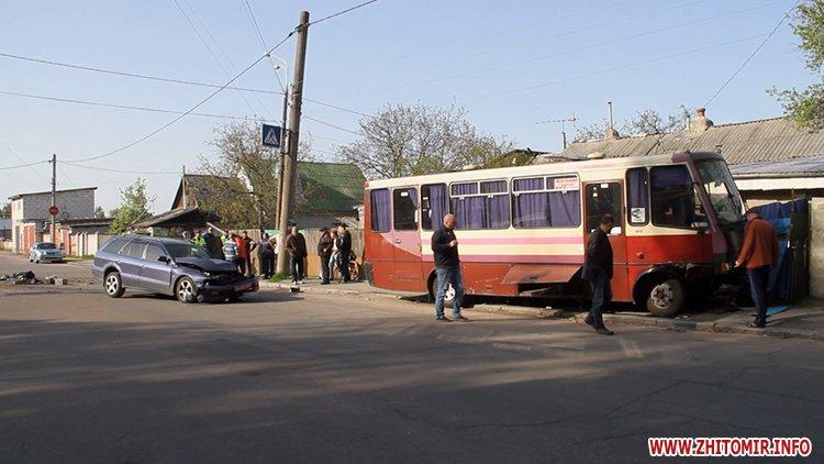 marsh tak 5 - На перехресті у Житомирі від удару з Mitsubishi маршрутка в'їхала в паркан