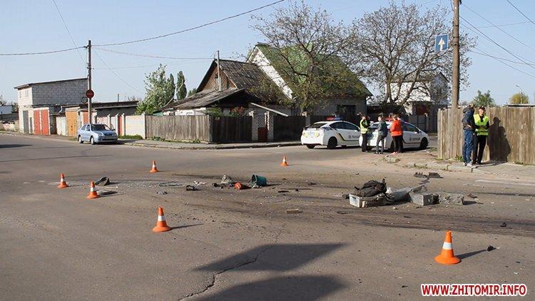 marsh tak 6 - На перехресті у Житомирі від удару з Mitsubishi маршрутка в'їхала в паркан
