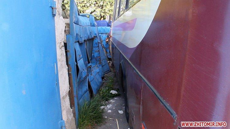 marsh tak 8 - На перехресті у Житомирі від удару з Mitsubishi маршрутка в'їхала в паркан