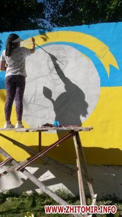 20170522 muralnv 1 - На паркані військової частини у Новограді-Волинському студенти почали малювати мурал до Дня Героїв