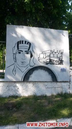 20170522 muralnv 2 - На паркані військової частини у Новограді-Волинському студенти почали малювати мурал до Дня Героїв