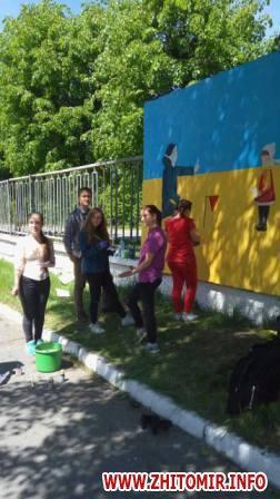 20170522 muralnv 3 - На паркані військової частини у Новограді-Волинському студенти почали малювати мурал до Дня Героїв