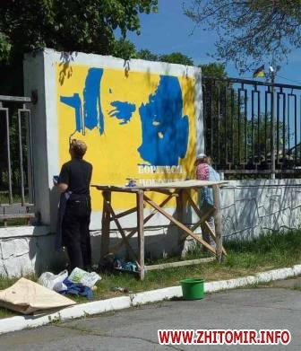20170522 muralnv 4 - На паркані військової частини у Новограді-Волинському студенти почали малювати мурал до Дня Героїв