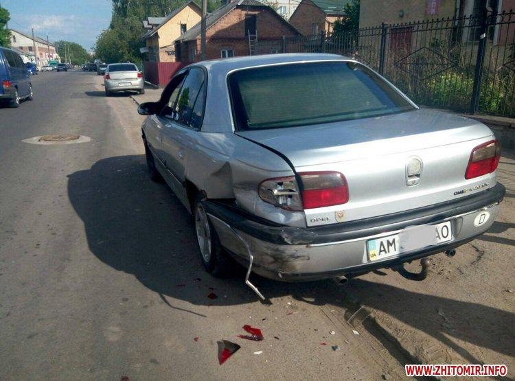 DPReshka 2 - У Житомирі п'яний водій на Seat врізався в припаркований Opel та намагався втекти з місця ДТП