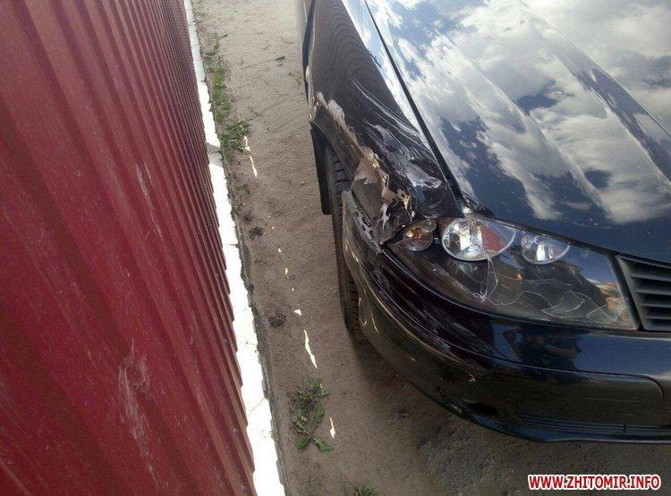 DPReshka 4 - У Житомирі п'яний водій на Seat врізався в припаркований Opel та намагався втекти з місця ДТП