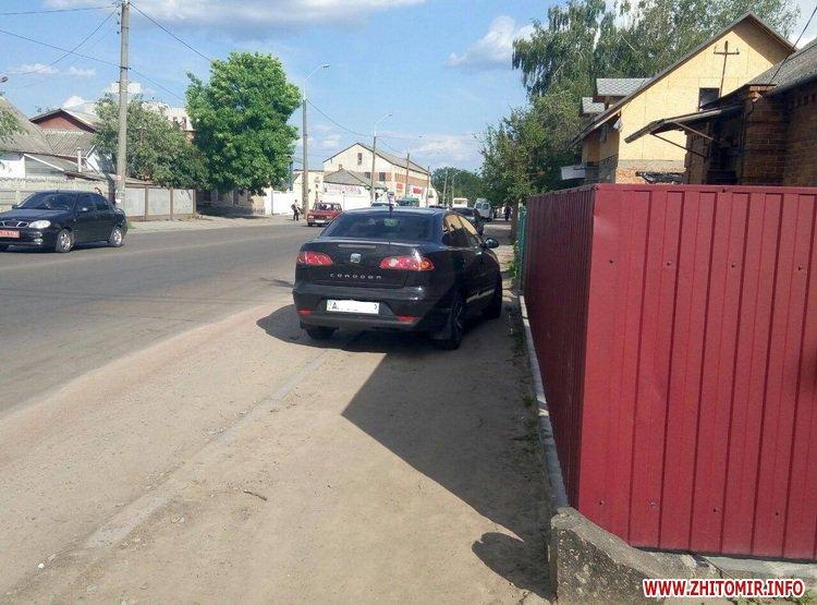 DPReshka 7 - У Житомирі п'яний водій на Seat врізався в припаркований Opel та намагався втекти з місця ДТП