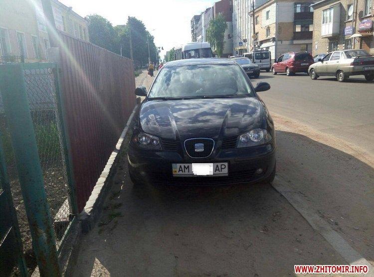 DPReshka 9 - У Житомирі п'яний водій на Seat врізався в припаркований Opel та намагався втекти з місця ДТП