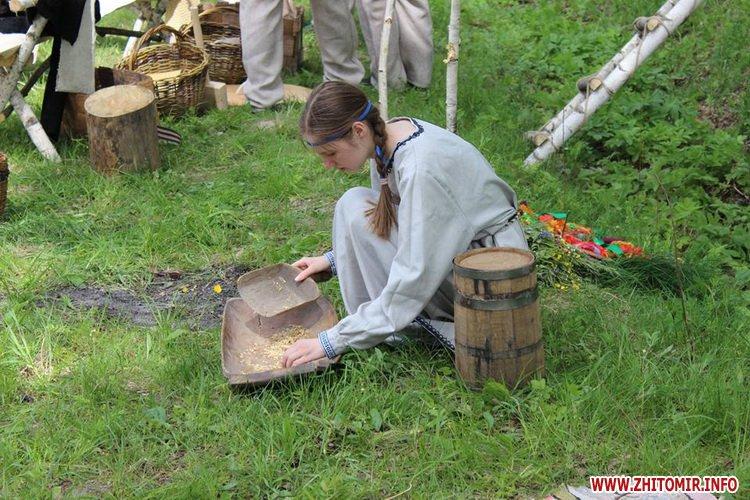 oceZ 02 - На Бабиній горі в Олевську відтворили прадавні обряди древлян: варили мед та водили хороводи