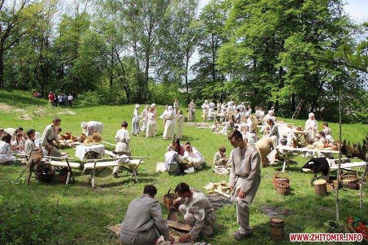 oceZ 07 - На Бабиній горі в Олевську відтворили прадавні обряди древлян: варили мед та водили хороводи
