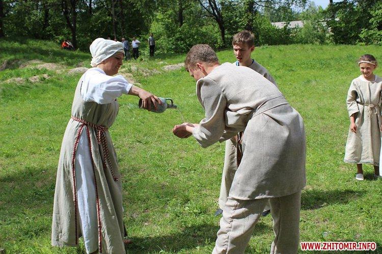 oceZ 10 - На Бабиній горі в Олевську відтворили прадавні обряди древлян: варили мед та водили хороводи
