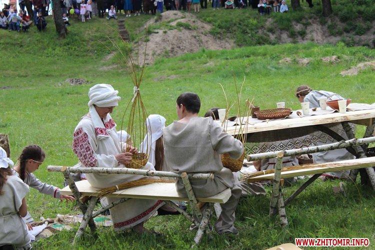 oceZ 16 - На Бабиній горі в Олевську відтворили прадавні обряди древлян: варили мед та водили хороводи