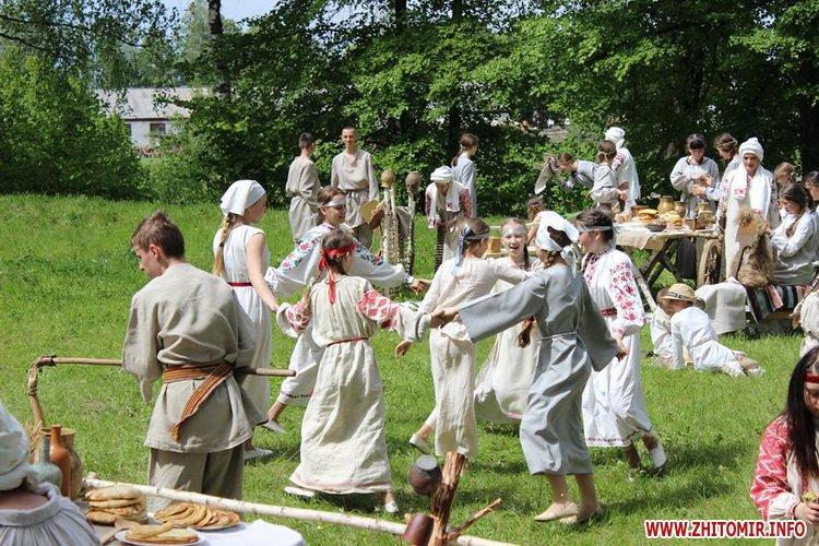 oceZ 18 - На Бабиній горі в Олевську відтворили прадавні обряди древлян: варили мед та водили хороводи