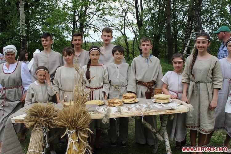 oceZ 27 - На Бабиній горі в Олевську відтворили прадавні обряди древлян: варили мед та водили хороводи