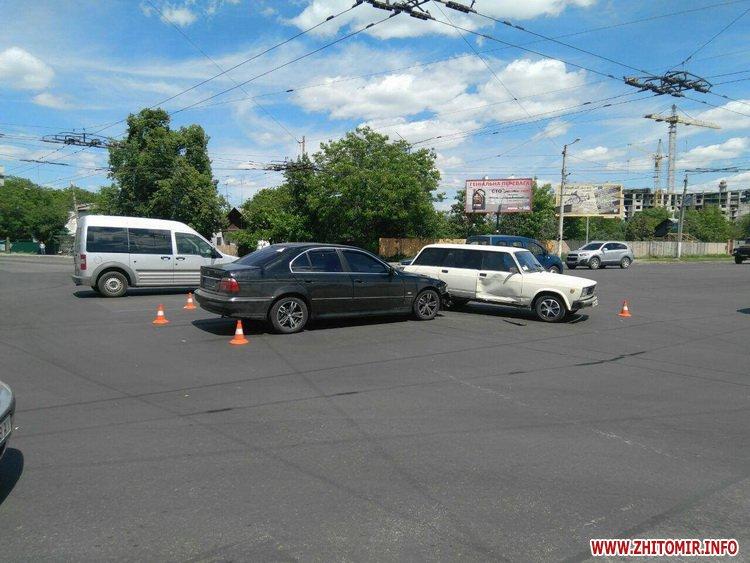 pld 1 - На перехресті в Житомирі BMW пом'яв «Жигулям» дверцята