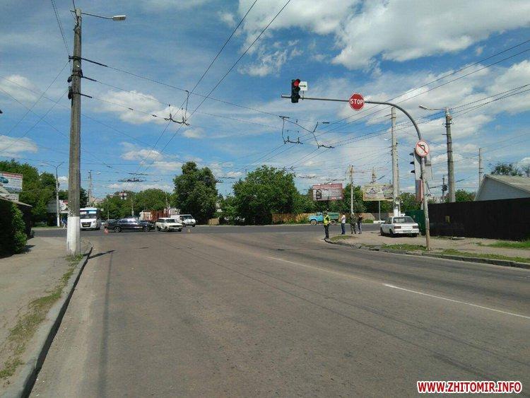 pld 2 - На перехресті в Житомирі BMW пом'яв «Жигулям» дверцята