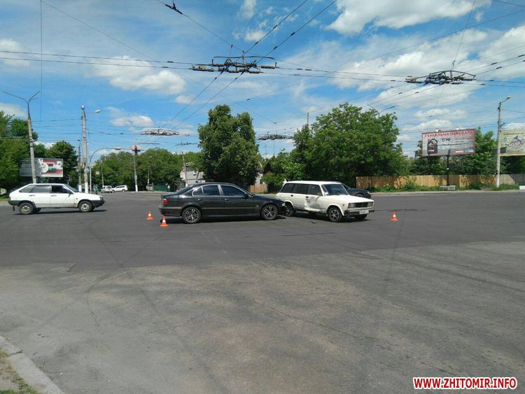 pld 3 - На перехресті в Житомирі BMW пом'яв «Жигулям» дверцята
