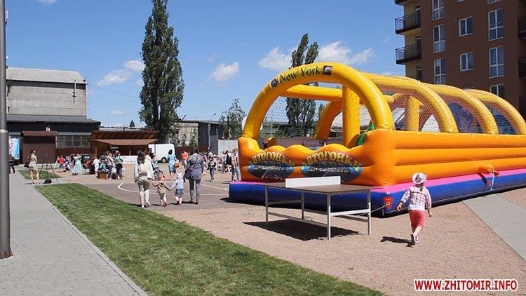 Rozenb fiksiki 02 - Свято для дітей від «Фонду родини Розенблат» у Житомирі: атракціони, повітряні кульки та казкові герої