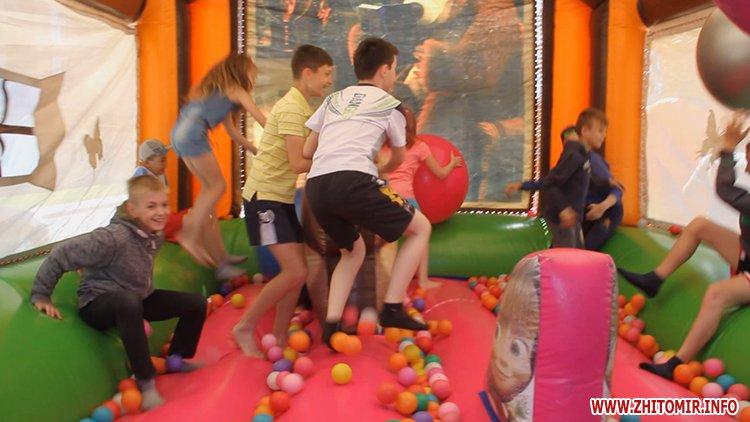 Rozenb fiksiki 04 - Свято для дітей від «Фонду родини Розенблат» у Житомирі: атракціони, повітряні кульки та казкові герої