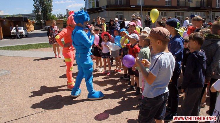 Rozenb fiksiki 07 - Свято для дітей від «Фонду родини Розенблат» у Житомирі: атракціони, повітряні кульки та казкові герої