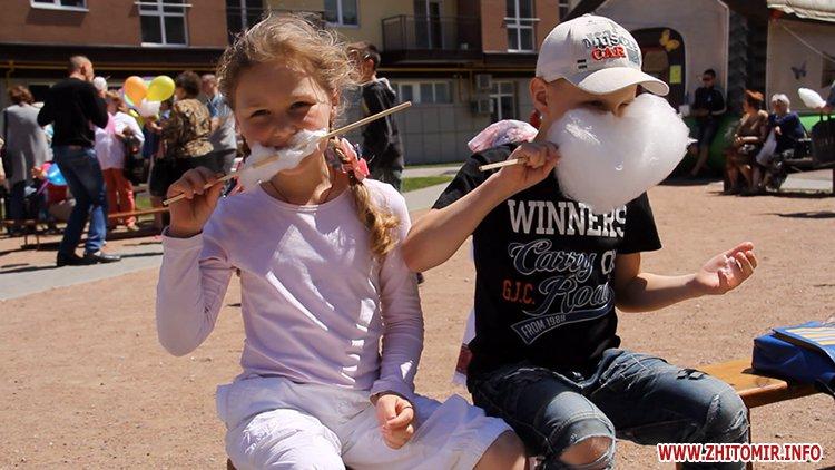 Rozenb fiksiki 08 - Свято для дітей від «Фонду родини Розенблат» у Житомирі: атракціони, повітряні кульки та казкові герої