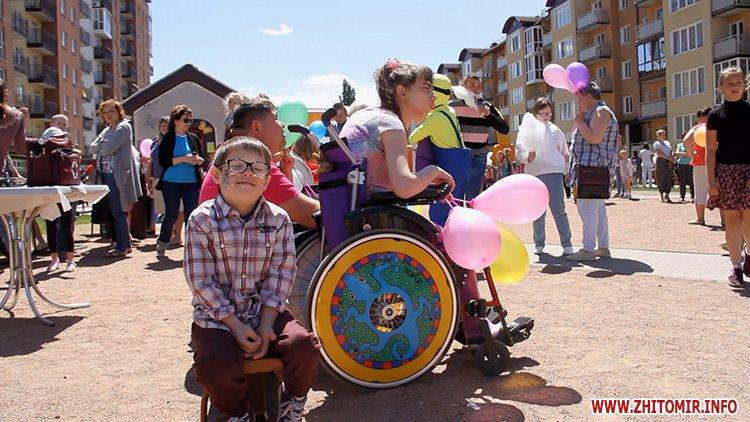 Rozenb fiksiki 10 - Свято для дітей від «Фонду родини Розенблат» у Житомирі: атракціони, повітряні кульки та казкові герої
