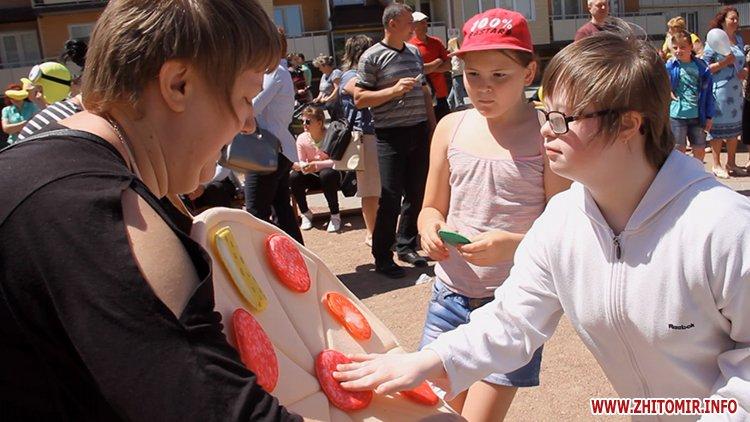 Rozenb fiksiki 11 - Свято для дітей від «Фонду родини Розенблат» у Житомирі: атракціони, повітряні кульки та казкові герої