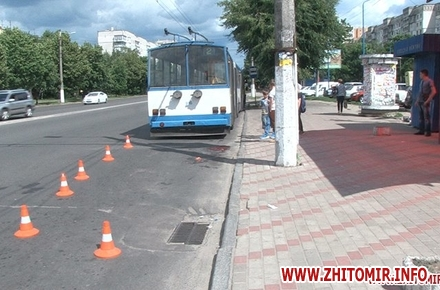 2017 06 16trol sbil 2 w440 h290 - На Богунії у Житомирі тролейбус переїхав жінці ноги
