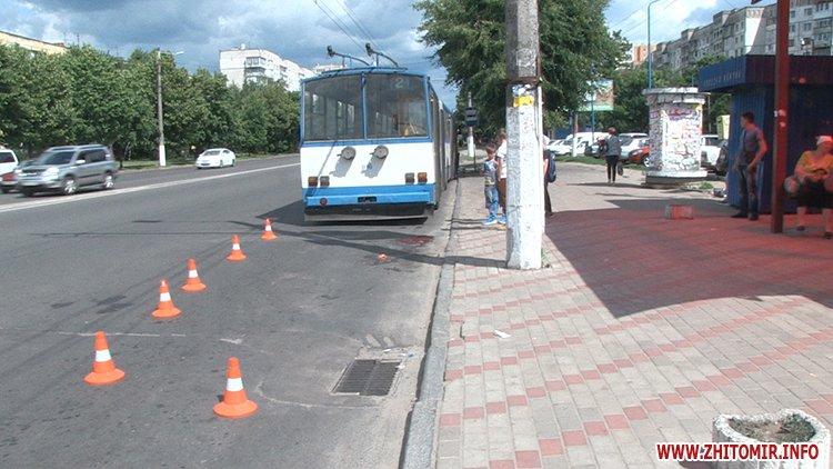trol sbil 2 - На Богунії у Житомирі тролейбус переїхав жінці ноги
