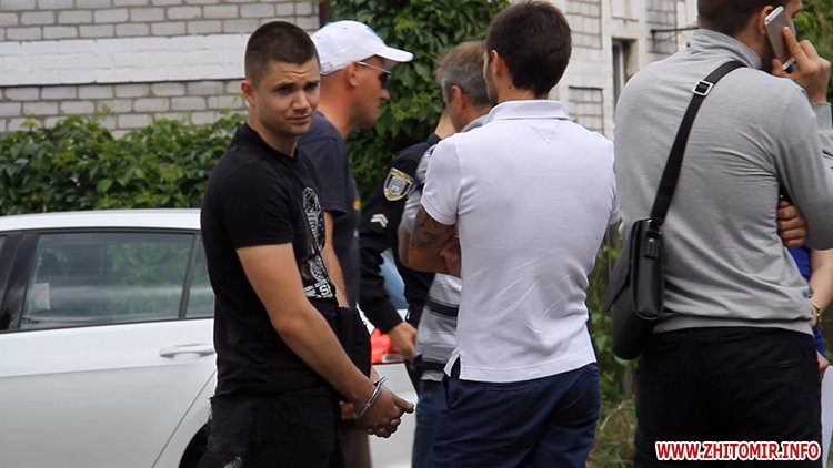 zbroaj vokzal 1 - Біля вокзалу в Житомирі поліція затримала чоловіка і вилучила зброю