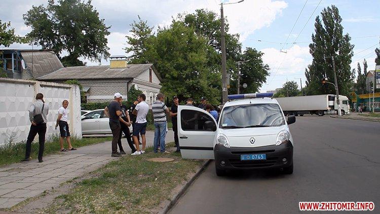 zbroaj vokzal 6 - Біля вокзалу в Житомирі поліція затримала чоловіка і вилучила зброю