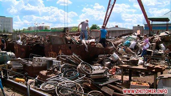 PM377image00322 - Результати обшуків у пунктах прийому металобрухту в Житомирі: дроти з кабелів зв'язку, каналізаційні люки, хрести з могил