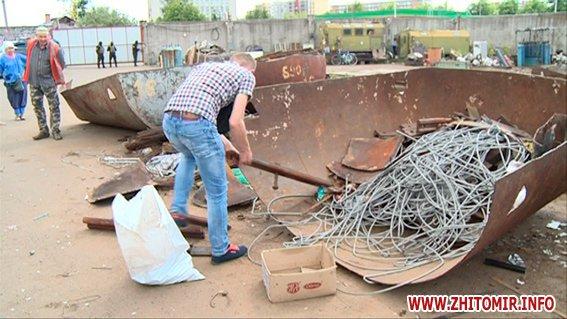 PM579image00622 - Результати обшуків у пунктах прийому металобрухту в Житомирі: дроти з кабелів зв'язку, каналізаційні люки, хрести з могил