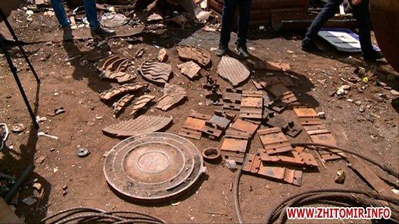 PM860image00522 - Результати обшуків у пунктах прийому металобрухту в Житомирі: дроти з кабелів зв'язку, каналізаційні люки, хрести з могил
