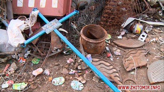 PM875image00722 - Результати обшуків у пунктах прийому металобрухту в Житомирі: дроти з кабелів зв'язку, каналізаційні люки, хрести з могил