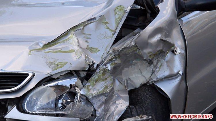 hahaO 3 - Неподалік Сінного ринку в Житомирі у ДТП потрапив автомобіль спецкомбінату, а на Корольова – два легковики