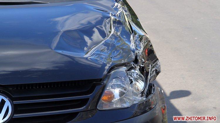 hahaO 4 - Неподалік Сінного ринку в Житомирі у ДТП потрапив автомобіль спецкомбінату, а на Корольова – два легковики