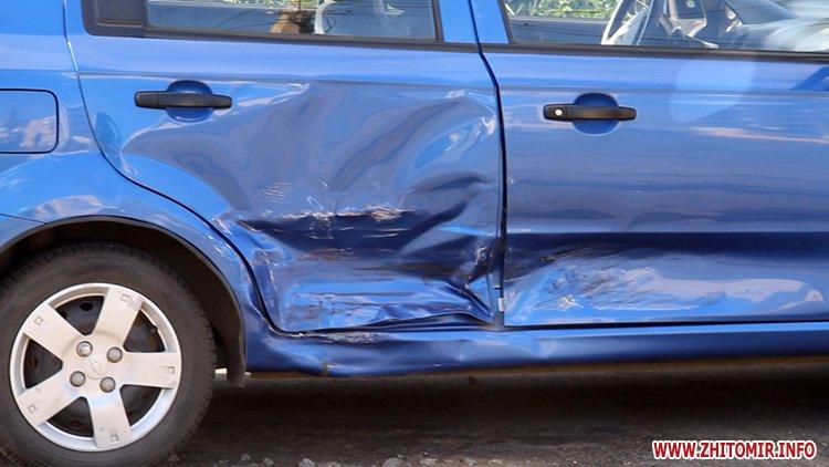iavTo 2 - Неподалік Сінного ринку в Житомирі у ДТП потрапив автомобіль спецкомбінату, а на Корольова – два легковики