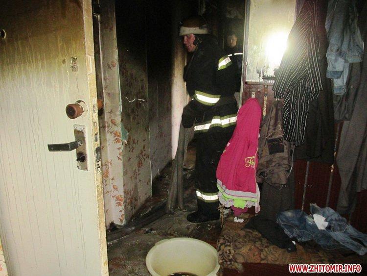 evakyyuvali deti 1 - На вулиці Сльоти у Житомирі в 14-поверховому будинку горіла квартира