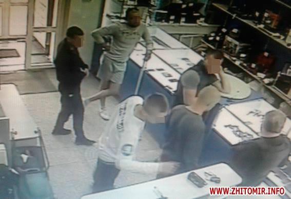 19420335 684790308394624 8187957575520789109 n - Поліція затримала парубків, які у Житомирі побили та пограбували журналіста (доповнено)
