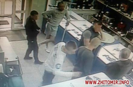 2017 06 2219420335 684790308394624 8187957575520789109 n w440 h290 - Поліція затримала парубків, які у Житомирі побили та пограбували журналіста (доповнено)
