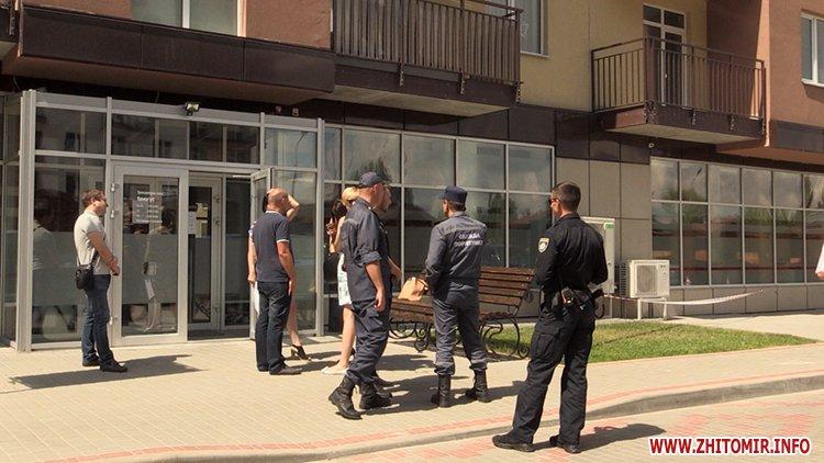 Proslyushka roz 02 - Житомирська поліція вилучила підозрілий пристрій, який був у дивані в приймальні нардепа Розенблата