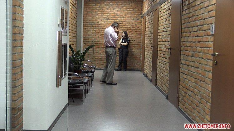 Proslyushka roz 06 - Житомирська поліція вилучила підозрілий пристрій, який був у дивані в приймальні нардепа Розенблата