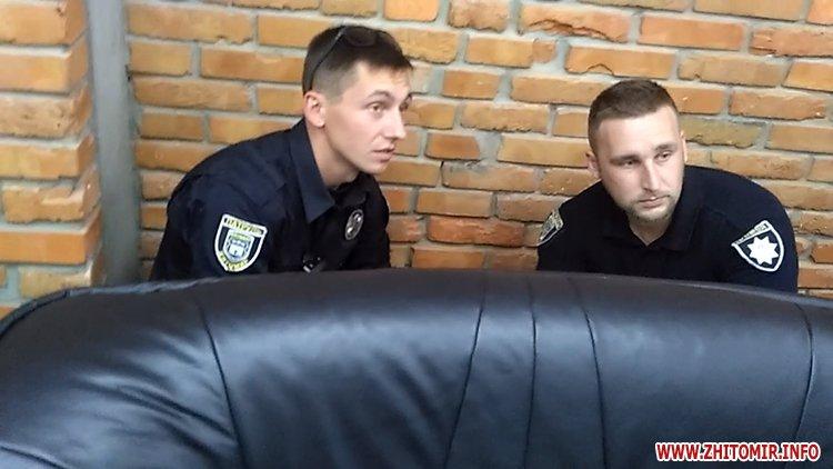 Proslyushka roz 11 - Житомирська поліція вилучила підозрілий пристрій, який був у дивані в приймальні нардепа Розенблата