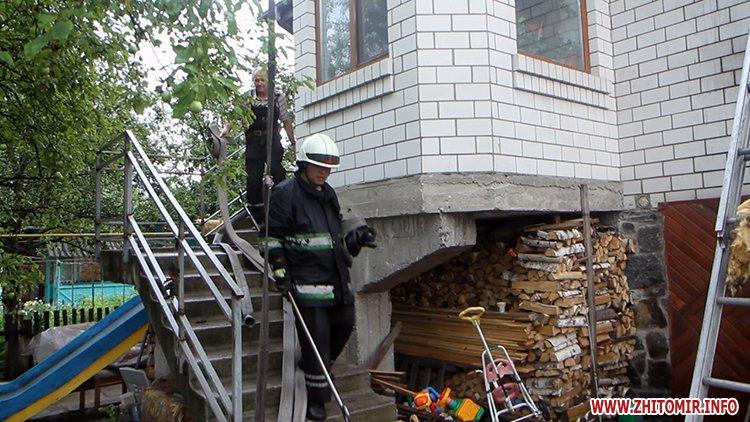 izzaMol 5 - Біля «Ліктрав» у Житомирі від удару блискавки загорівся будинок