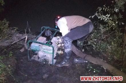 2017 07 14motopompova yama 1 w440 h290 - Поліцейські затримали двох старателів, які видобували каміння у «бурштиновому районі» Житомирської області