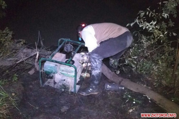 motopompova yama 1 - Поліцейські затримали двох старателів, які видобували каміння у «бурштиновому районі» Житомирської області