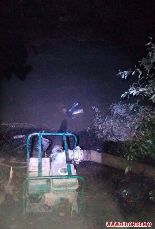 motopompova yama 2 - Поліцейські затримали двох старателів, які видобували каміння у «бурштиновому районі» Житомирської області