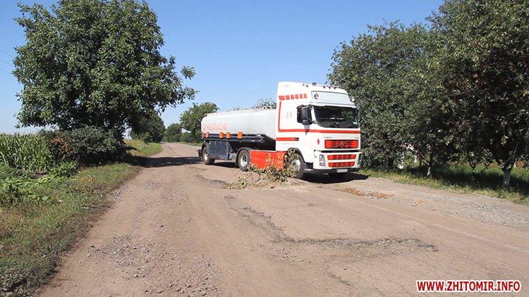 doroga popelna 3 - В Житомирській області люди вимагали ремонту «мертвої» дороги, де в ямах можна саджати дерева