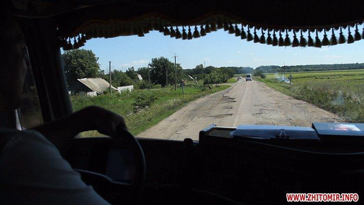 doroga popelna 4 - В Житомирській області люди вимагали ремонту «мертвої» дороги, де в ямах можна саджати дерева