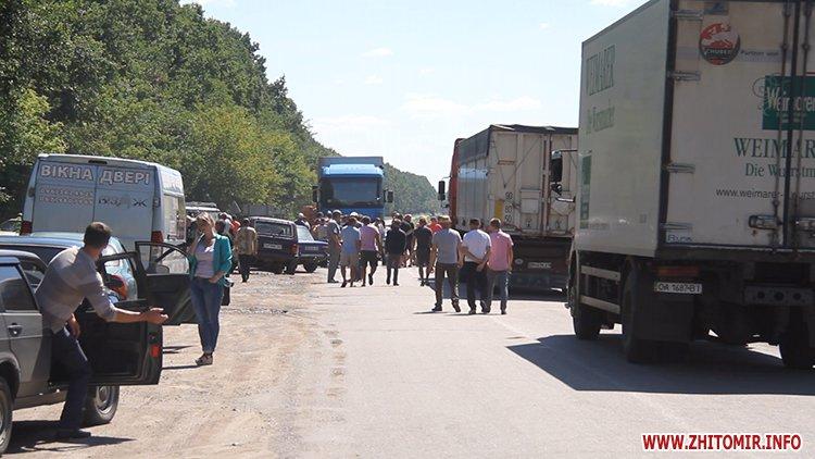 doroga popelna 7 - В Житомирській області люди вимагали ремонту «мертвої» дороги, де в ямах можна саджати дерева